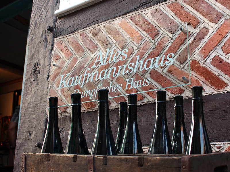 Flaschen an der Wand des Alten Kaufmannshauses