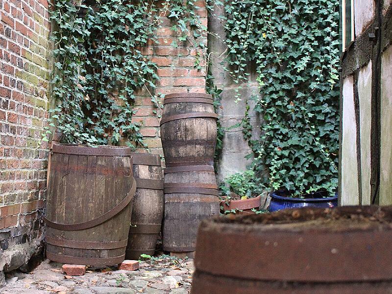 Alte Fässer hinter dem Alten Kaufmannshaus