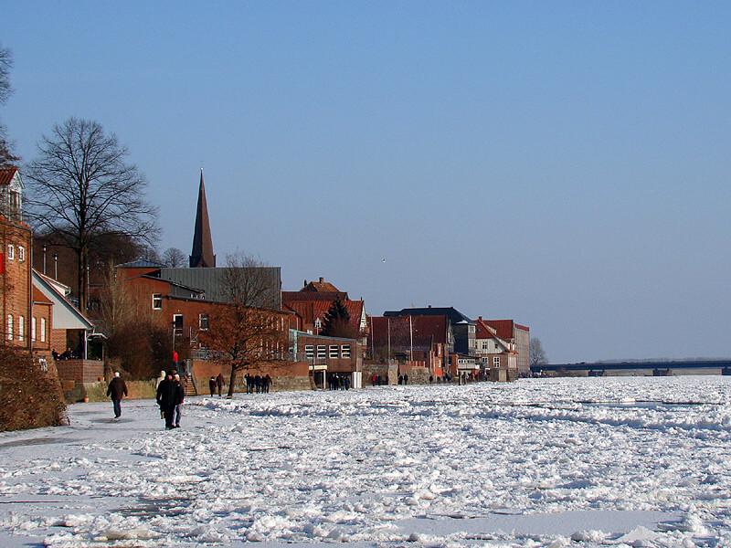 Zugefrorene Elbe bei Lauenburg