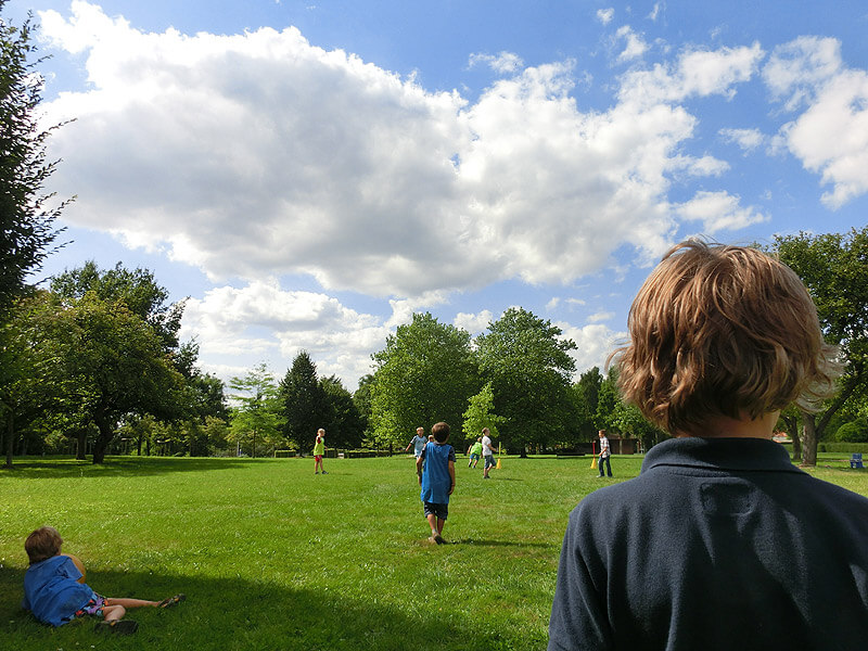 Spielende Kinder im Fürstengarten in Lauenburg