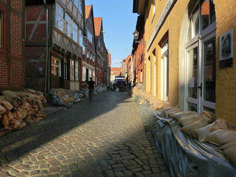 Warten auf die Flut beim Hochwasser 2013 in Lauenburg