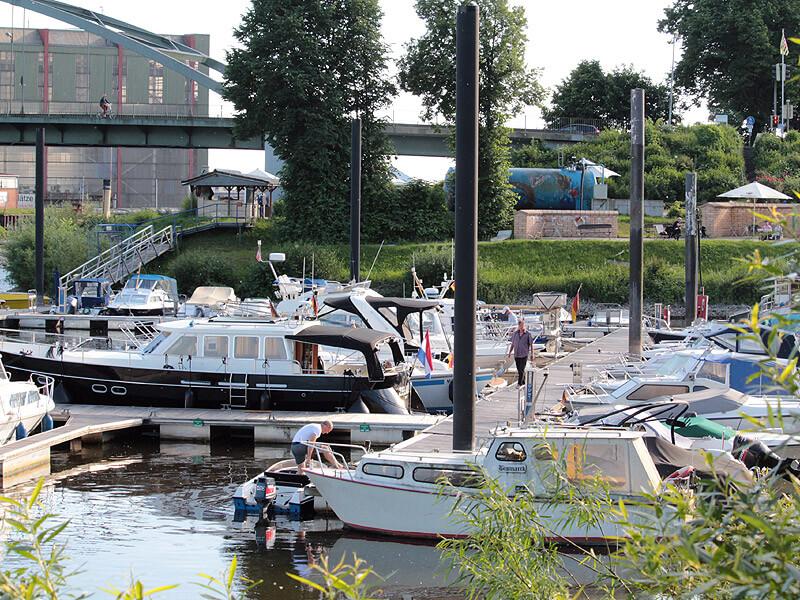 Boote im Yachthafen der Marina Lauenburg