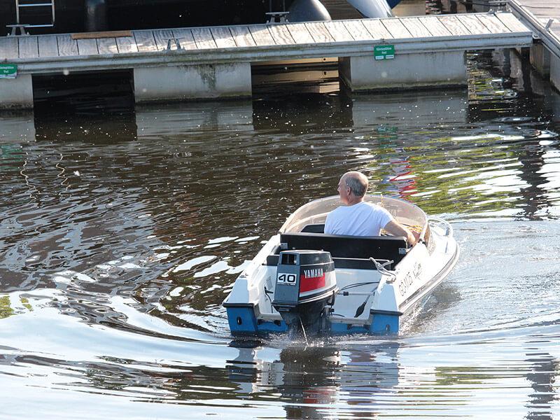 Kleines Motorboot im Yachthafen der Marina Lauenburg