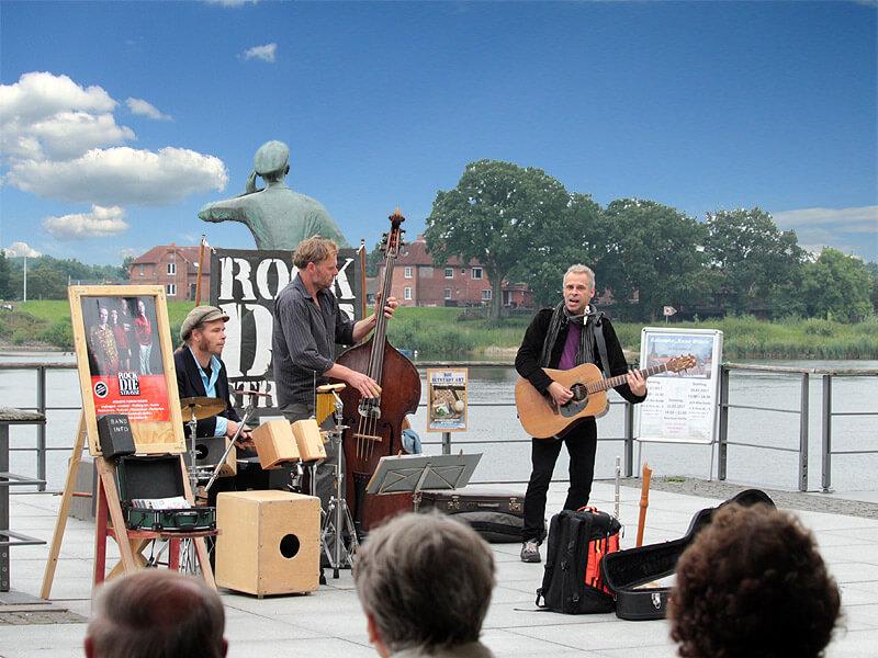 Band am Ruferplatz in der Lauenburger Altstadt