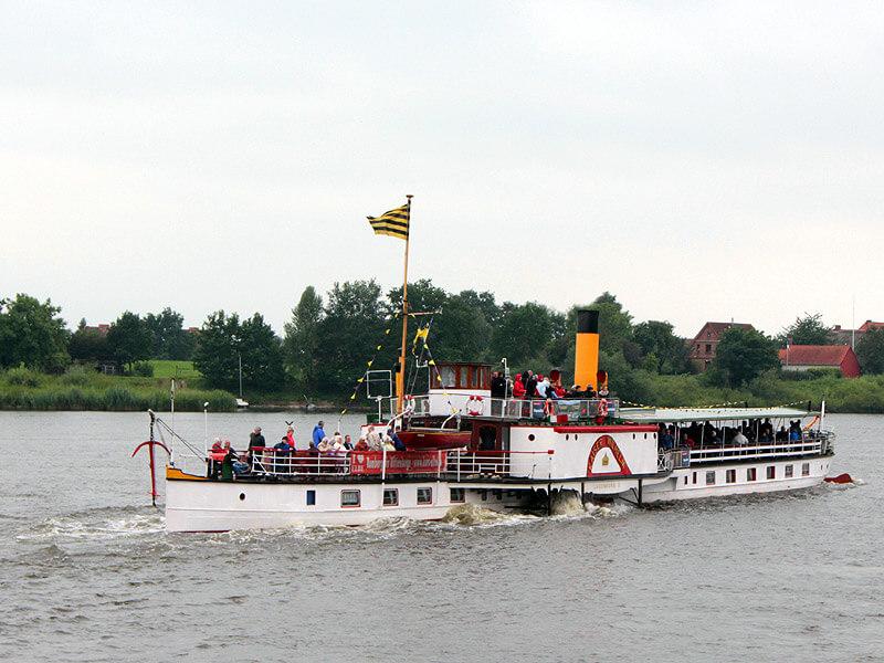 Raddampfer Kaiser-Wilhelm auf der Elbe vor der Lauenburger Altstadt