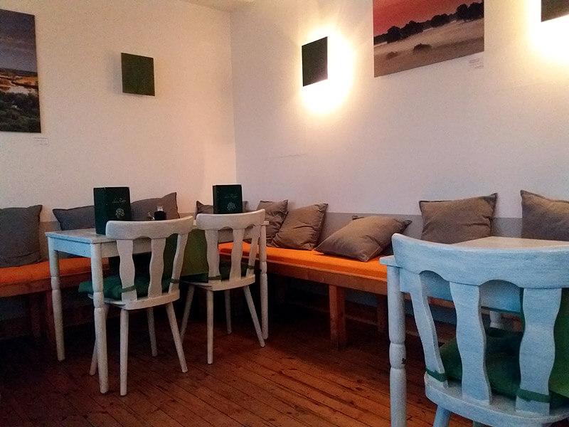 Einfache Einrichtung im Restaurant Le Rufer