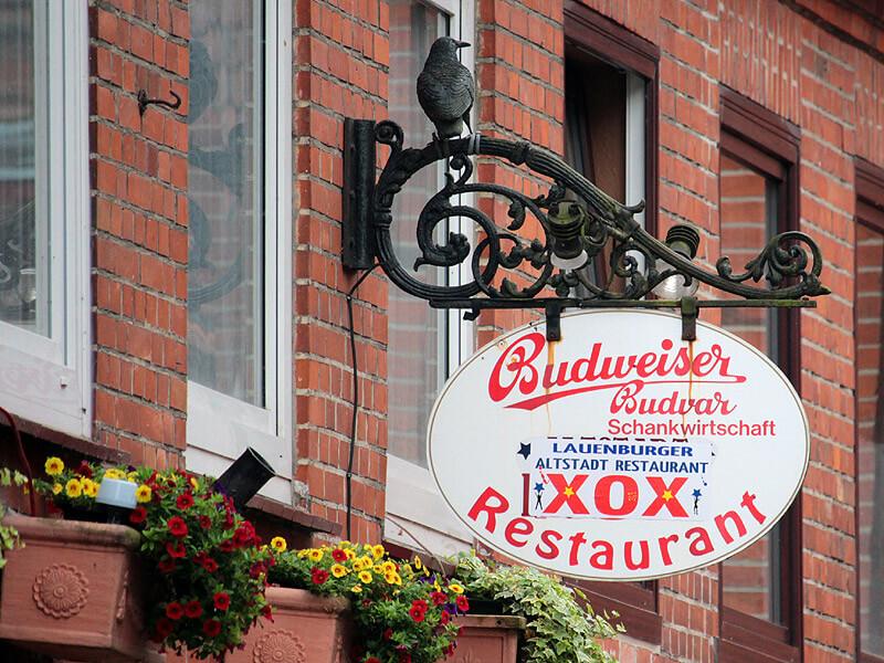 Schild des Restaurant XOX in der Lauenburger Altstadt