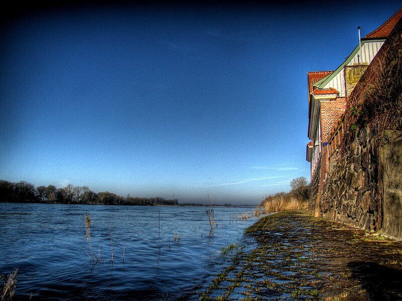Überschwemmte Elbuferpromenade in der Altstadt von Lauenburg
