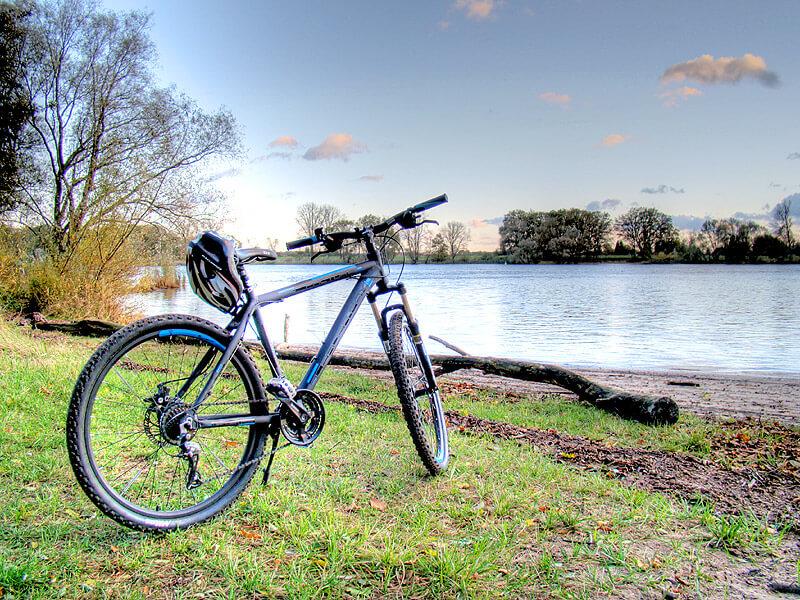 Fahrrad an der Elbe am Elbstrand von Lauenburg
