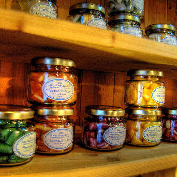 Bonbons im Glas in der Bonschemacherei in der Altstadt von Lauenburg
