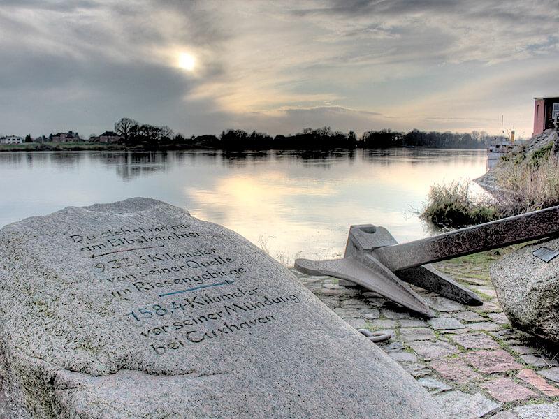Stein mit Inschrift am Lösch- und Ladeplatz in der Altstadt von Lauenburg
