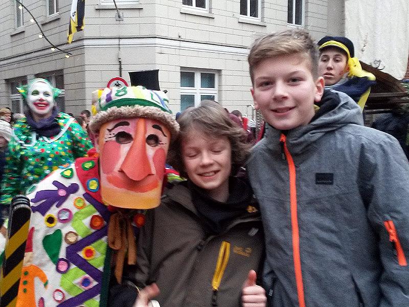Die Lustige Person mit Kindern bei der Schipperhöge in Lauenburg