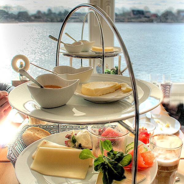 Etagére mit unserem Frühstück im Café von Herzen