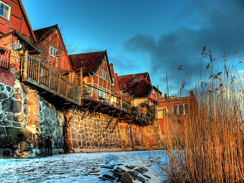 Fachwerkhäuser an der Elbe im Winter