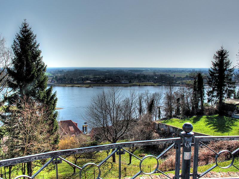 Blick vom Fürstengarten über die Elbe