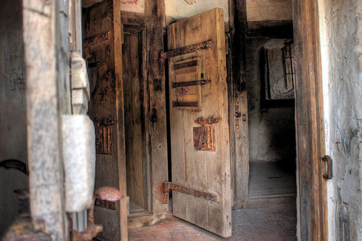 Schwere Gefängnistüren im Lauenburger Schlossturm