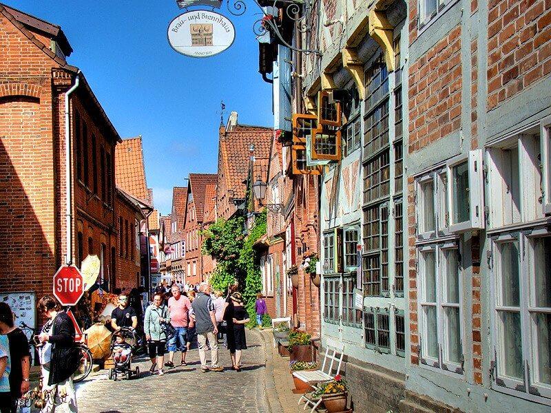 Besucher in der Elbstraße in der Altstadt von Lauenburg