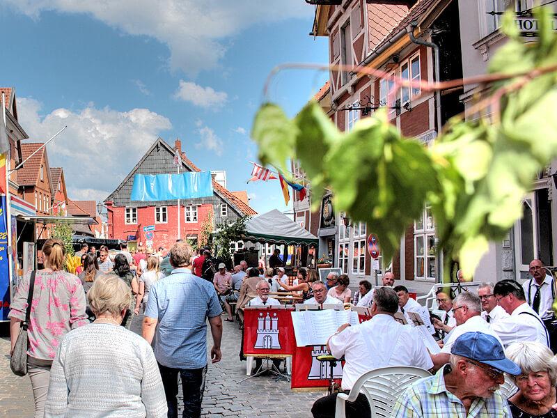 Musik und Meeresfrüchte auf der Fischmeile in Lauenburg