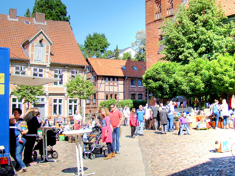 Flohmarkt in der Altstadt von Lauenburg auf dem Kirchplatz