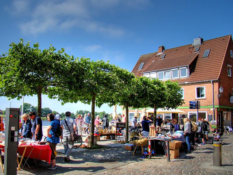 Flohmarkt auf dem Ruferplatz in der Altstadt von Lauenburg