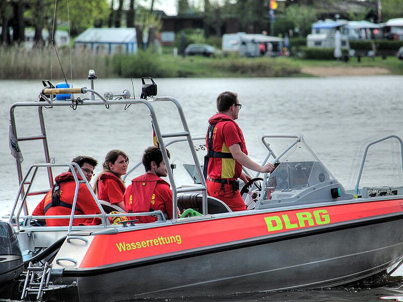 DLRG-Boot auf der Elbe beim Kurs.Elbe-Tag