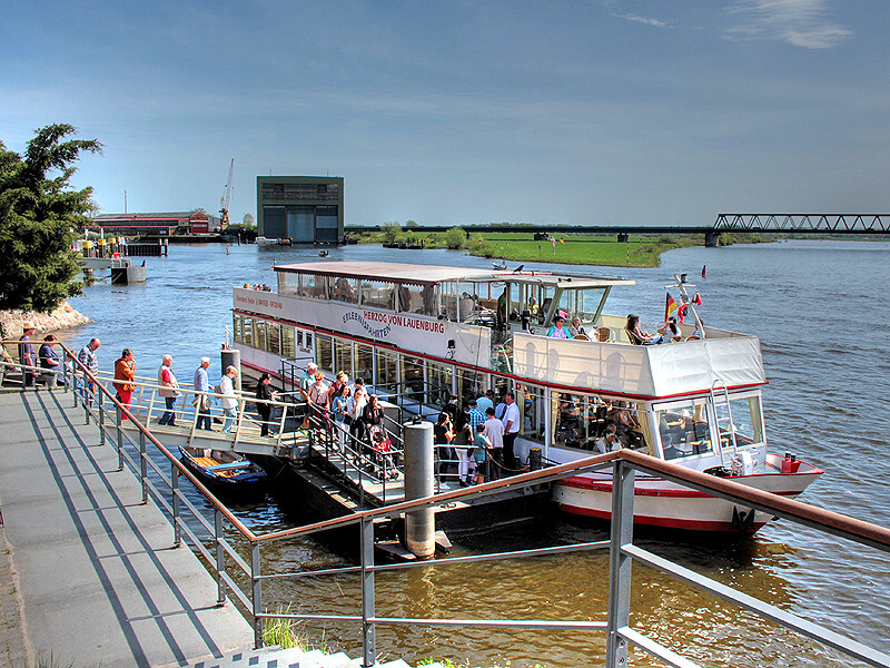 Fahrgastschiff auf der Elbe beim Kurs.Elbe-Tag