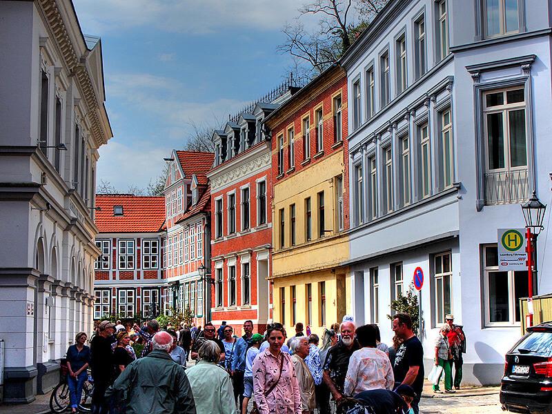 Touristen in der Elbstraße in der Altstadt von Lauenburg
