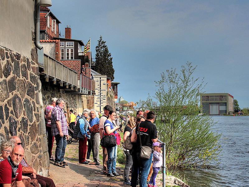 Besucher an der Elbe beim Kurs.Elbe-Tag