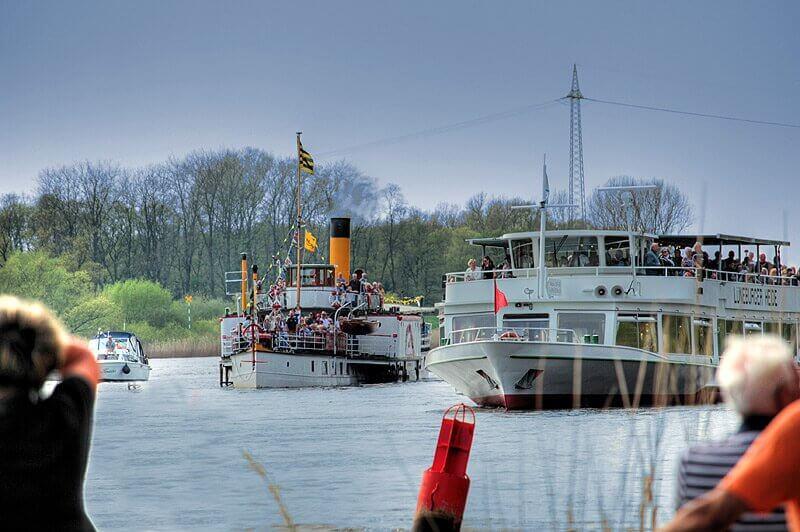 Boote auf der Elbe beim Kurs.Elbe-Tag