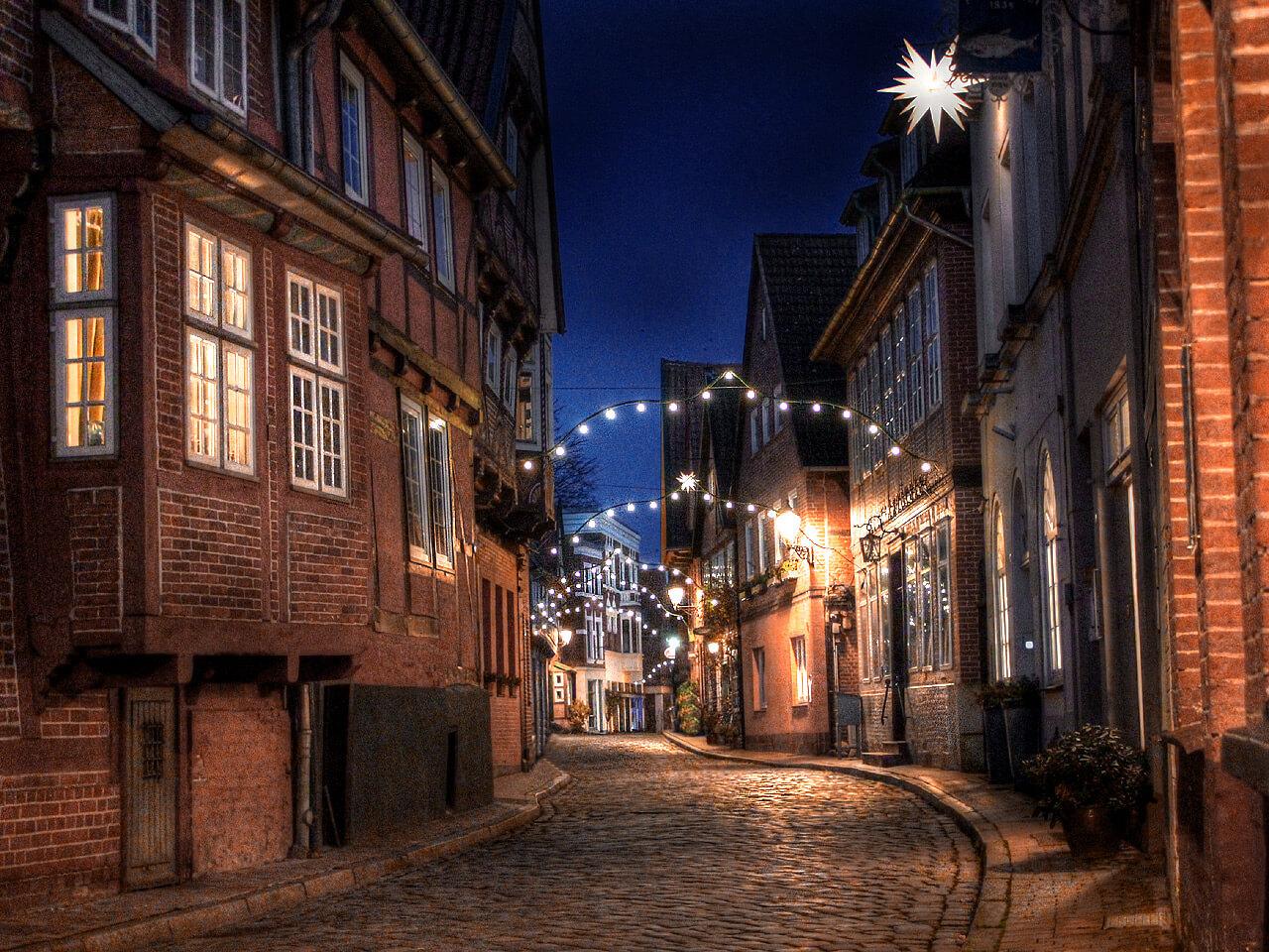 Elbstraße in der Lauenburger Altstadt mit Weihnachtsbeleuchtung