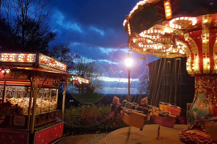 Spaß im Kettenkarussel auf dem Weihnachtsmarkt in Lauenburg