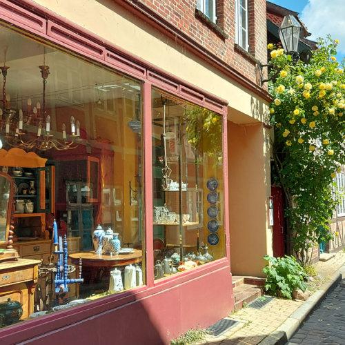Schaufenster mit Antiquitäten in der Elbstraße in Lauenburg