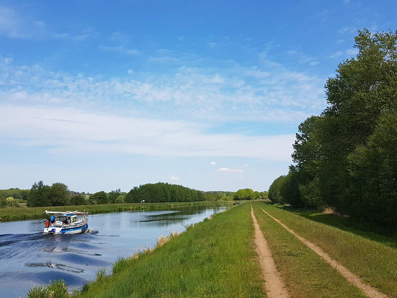 Segelboot auf dem Elbe-Lübeck-Kanal