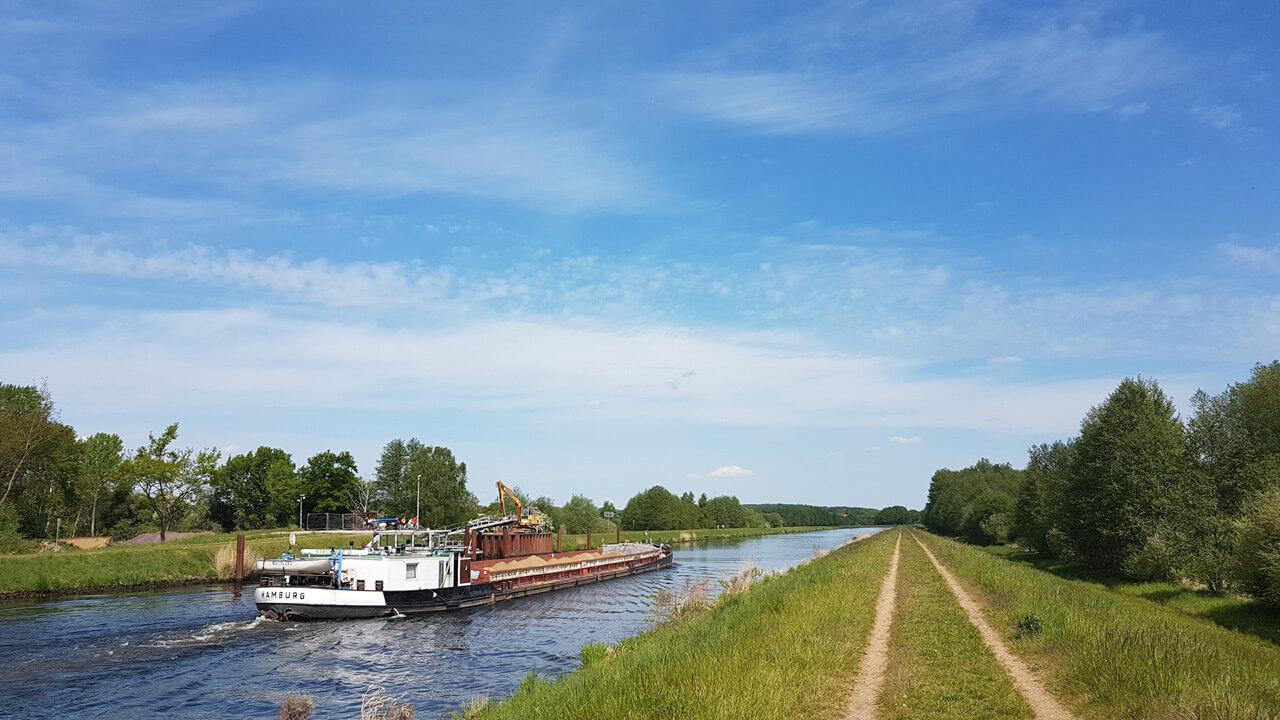 Binnenschiffer auf dem Elbe-Lübeck-Kanal