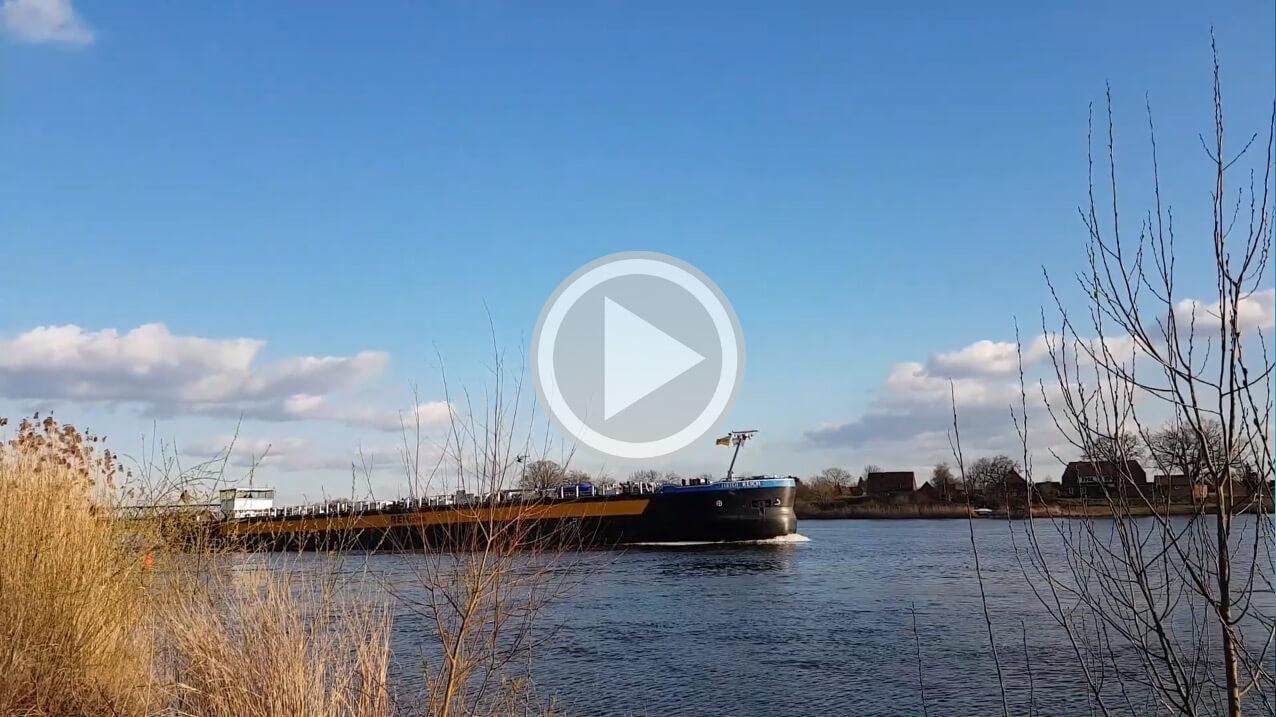 Binnenschiff auf der Elbe vor Lauenburg