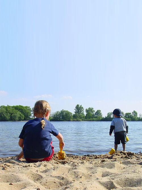 Kinder spielen am Elbestrand in Lauenburg