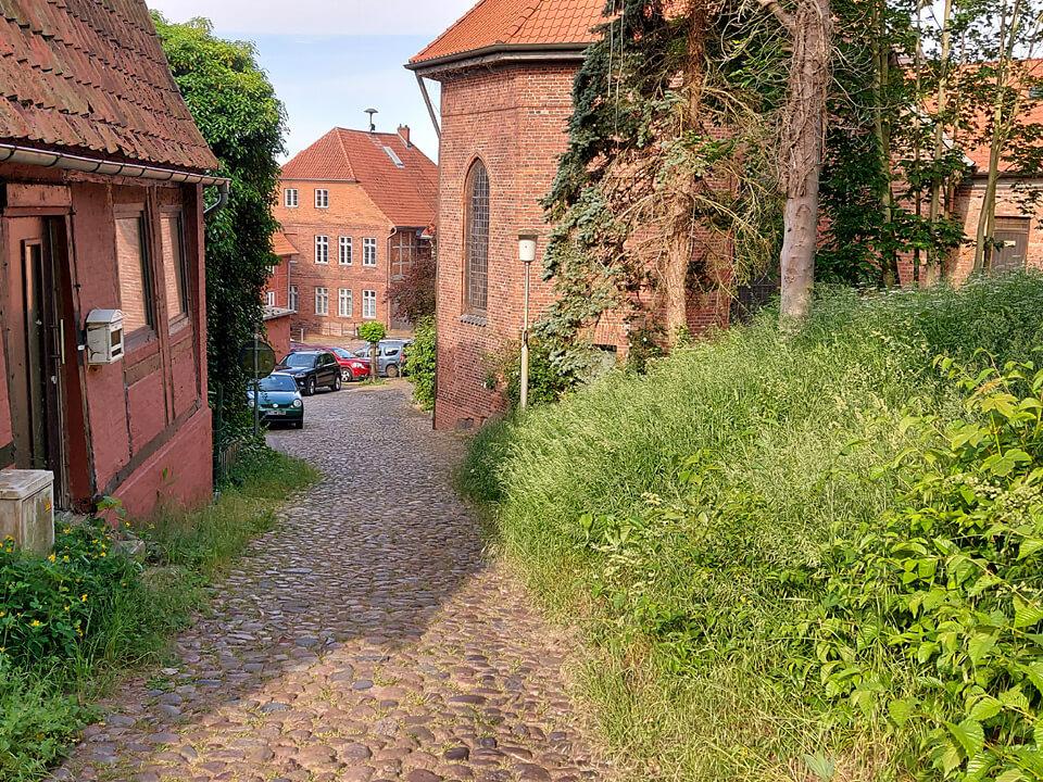 Der Wallweg führt vorbei an der Kirche